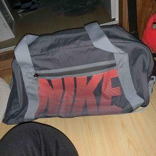 Nike tränings gym bag använd max 5 gånger! I nytt skick! Nypris 300kr