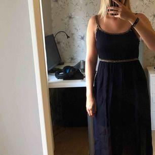 Finare klänning från Zara i storlek XS.köparen står för frakten.