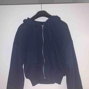 Två croppade hoodies från Forever 21 Säljer båda för 100kr, 1 för 60kr Aldrig använda