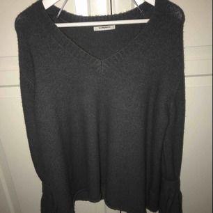 En mörkgrå stickad tröja från Glamorous i storlek S med knyte längst ut på armarna! JÄTTEbra skick och väldigt tjock o varm! 150kr. Perfekt nu till hösten
