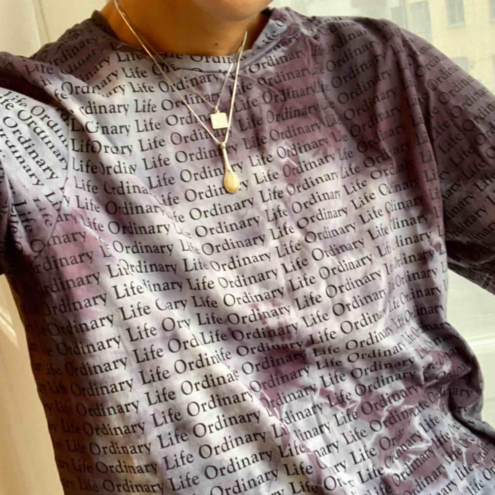 Tie dye / Batik t-shirt, färgad av mig, men på en qWeekday t-shirt. Lite oversized i passform och aldrig använd. Storlek S (34/36) Går att hämtas på Söder, annars kostar frakt på 30 kr. . T-shirts.