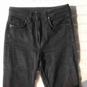"""Snygga jeans från H&M också i lite mom-Jeans stil! Modellen: """"slim ankle high waist"""". Sitter jättesnyggt på och passar både waist 25-26!🤙🏼😝"""