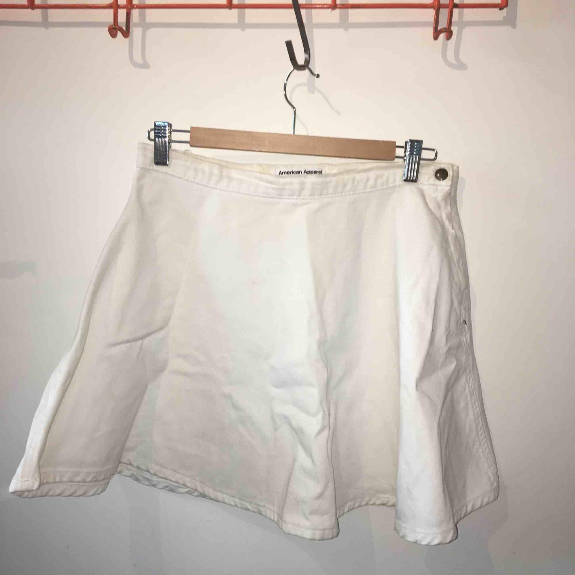 Vit jeanskjol i skater-modell och dragkedja i sidan  Priset går att förhandla!. Kjolar.