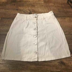 En vit mjuk kjol använd 2-5 ggr köpt på zalando Priset är inklusive frakt Fraktar endast