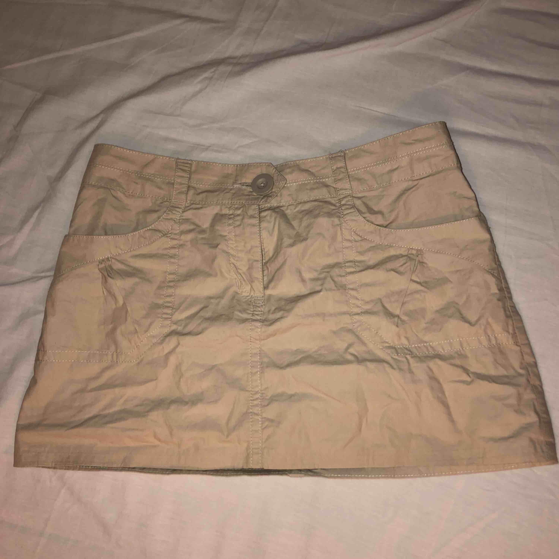 Supersnygg kjol från h&m!!! Säljer då den tyvär är för stor för mig:( Köpt här på plick💕 Köparen står för frakt. Kjolar.