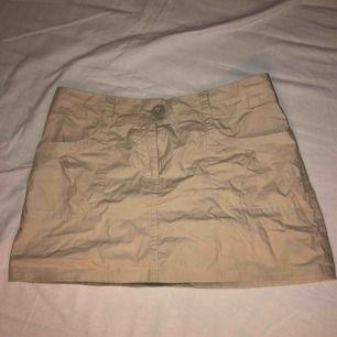 Supersnygg kjol från h&m!!! Säljer då den tyvär är för stor för mig:( Köpt här på plick💕 Köparen står för frakt