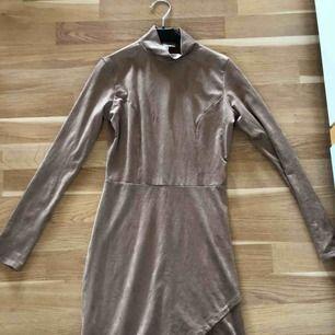 En suede-klänning från Nelly! Använd 2-3ggr sitter fint på