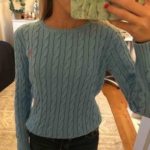 OBS VÄLDIGT LITEN I STORLEKEN! PASSAR MIG SOM ÄR 160cm och är 14.  Snygg blå tröja från polo ralphlauren, helt oanvänd. Köpt för 599kr. Pris kan diskuteras, frakt ingår.