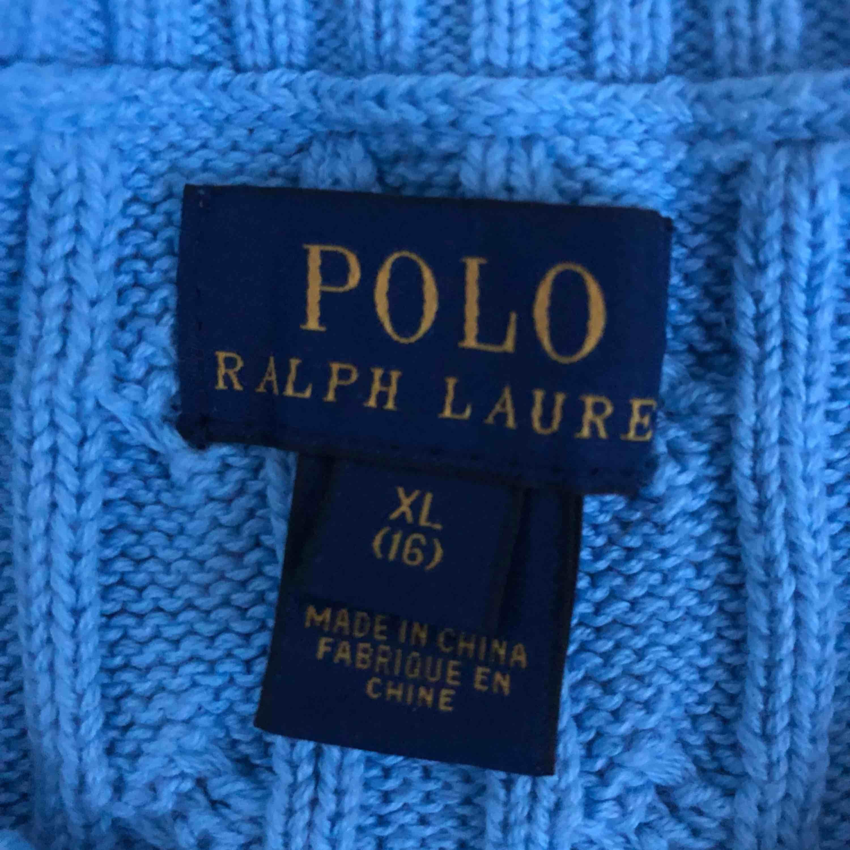 OBS VÄLDIGT LITEN I STORLEKEN! PASSAR MIG SOM ÄR 160cm och är 14.  Snygg blå tröja från polo ralphlauren, helt oanvänd. Köpt för 599kr. Pris kan diskuteras, frakt ingår. . Stickat.