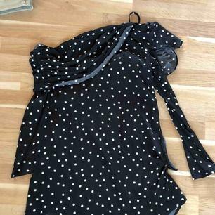 En oanvänd klänning från LINN AHLBORG X NAKD! Jättefin!