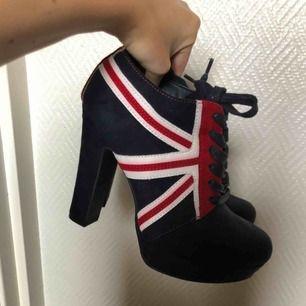 Häftiga klackar i brittiska flaggans färger
