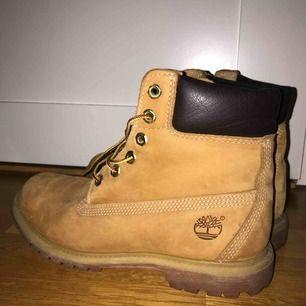 Klassiska timberlands skor! Perfekta nu när vintern kommer, varma och sköna och KNAPPT använda. Kan tyvärr inte frakta men möts upp i Stockholm eller Uppsala! :)