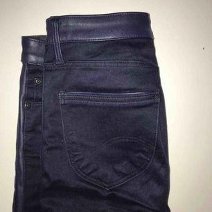 W25 L28 Coola mörkblå jeans limited edition med skinndetalj längs sidorna (sidorevär) Skinny fit