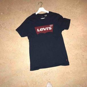 En helt oanvänd Levis tröja i XS  Säljs för att den inte kommer till användning Köparen står för frakten
