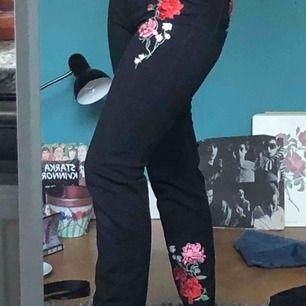 Svarta mom jeans med blomdetaljer från HM. Jag är 162cm och dom sitter bra på mig. Jag kan möta upp i stockholmsinnerstad och annars står den som köper för kostnaden av frakt.