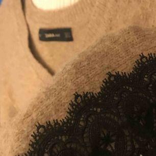 Zara KNIT tröja strl S med suuuperfin spets detalj på ärmarna. Lite ballongärmar & v ringning. Fin att ha både fram o bak