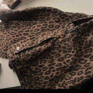 Leopard mom jeans med superfin passform ifrån monki. Jättefin lite bleknad färg. Trendiga. Stuprörsjeans som slutar precis över ankeln och har hög midja.
