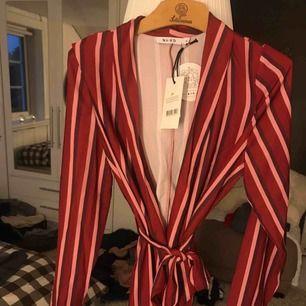 Kostymset från NA KD i strl 34. Rött och rosa. Helt nytt med lapp som ni ser