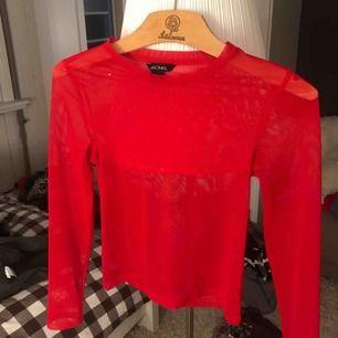 Röd mesh tröja från Monki, strl XS. Superfin att ha under t shirt exempel!