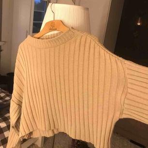Madlady stickad tröja + byxor. Jätteskönt och fint! Finns en liten trådsmask bak på byxorna som inte syns egentligen.