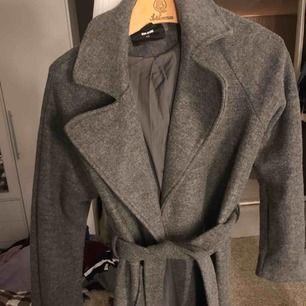 Mörkgrå lång kappa från BIK BOK, var min favorit förra vintern men har alldeles för mycket jackor atm.