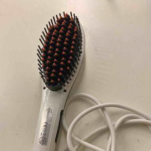 Platt tång / hårborste. En hårborste som plattar håret fungerar som den ska