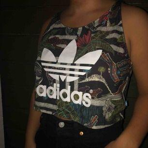Adidas linne med coolt mönster. Funkar lika bra till vardags som till träning