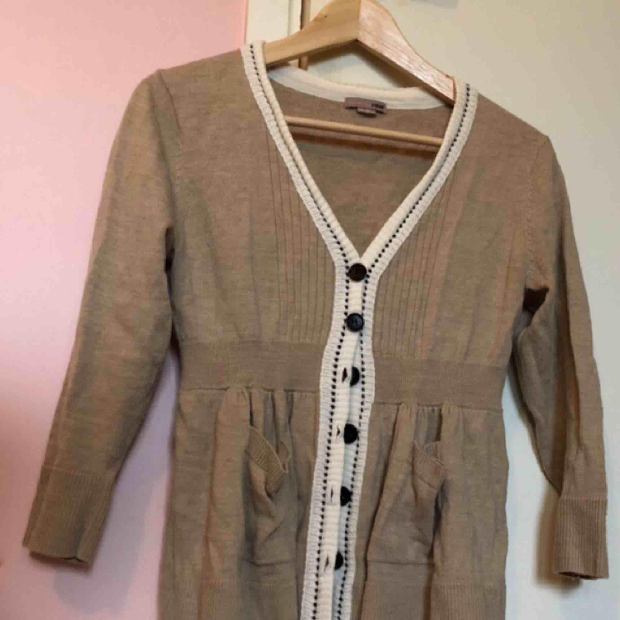 Jättefin beige stickad cardigan med kontrastsöm och fickor. I bra skick!  Kan frakta för 60kr eller mötas upp i Stockholm :). Stickat.
