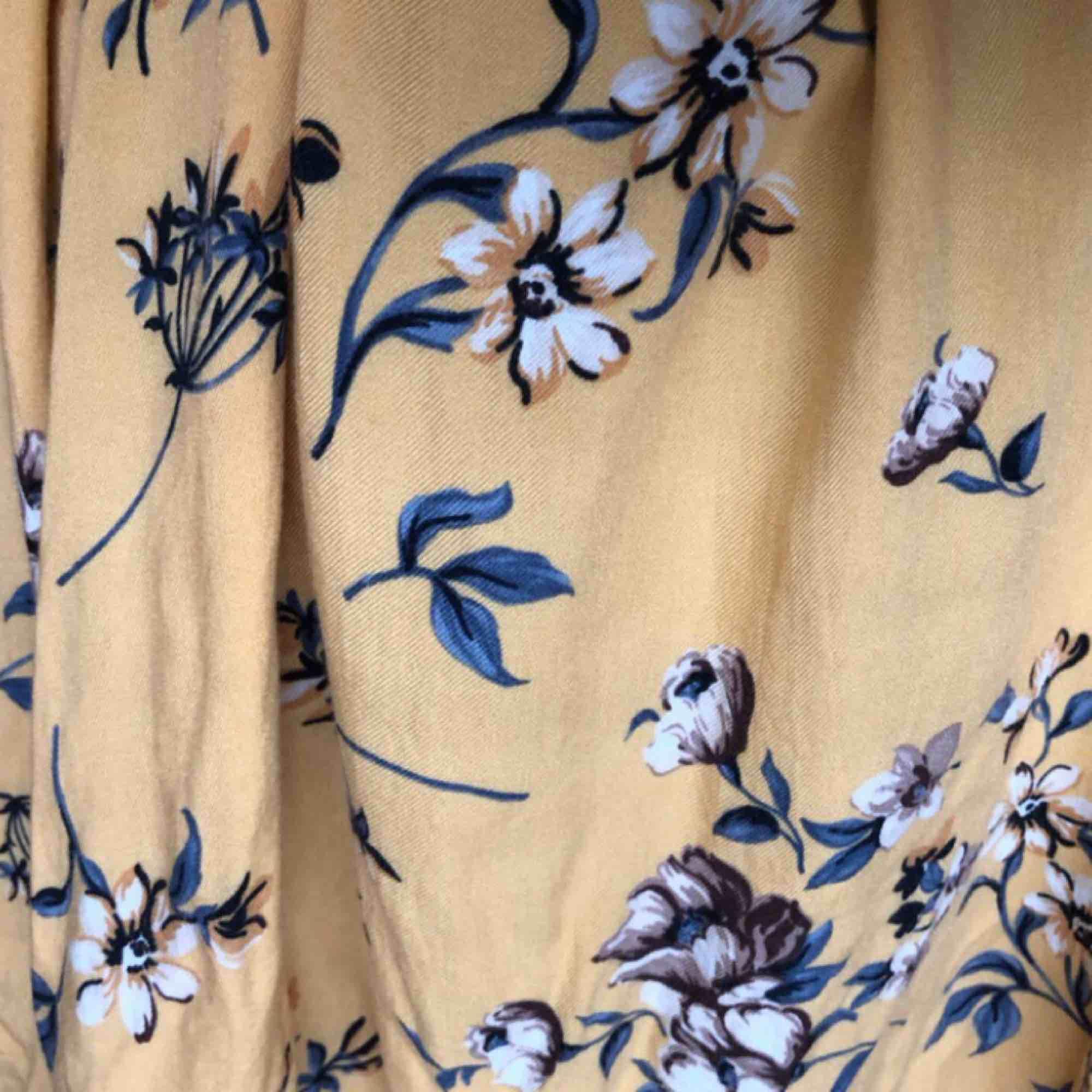 Jätteskönt material och fint mönster 🌻🌻🌻 Kan frakta för 60kr eller mötas upp i Stockholm :). Klänningar.
