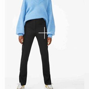 Säljer dessa skitsnygga byxor ifrån monki med slits nertill, frakten är inte inräknad