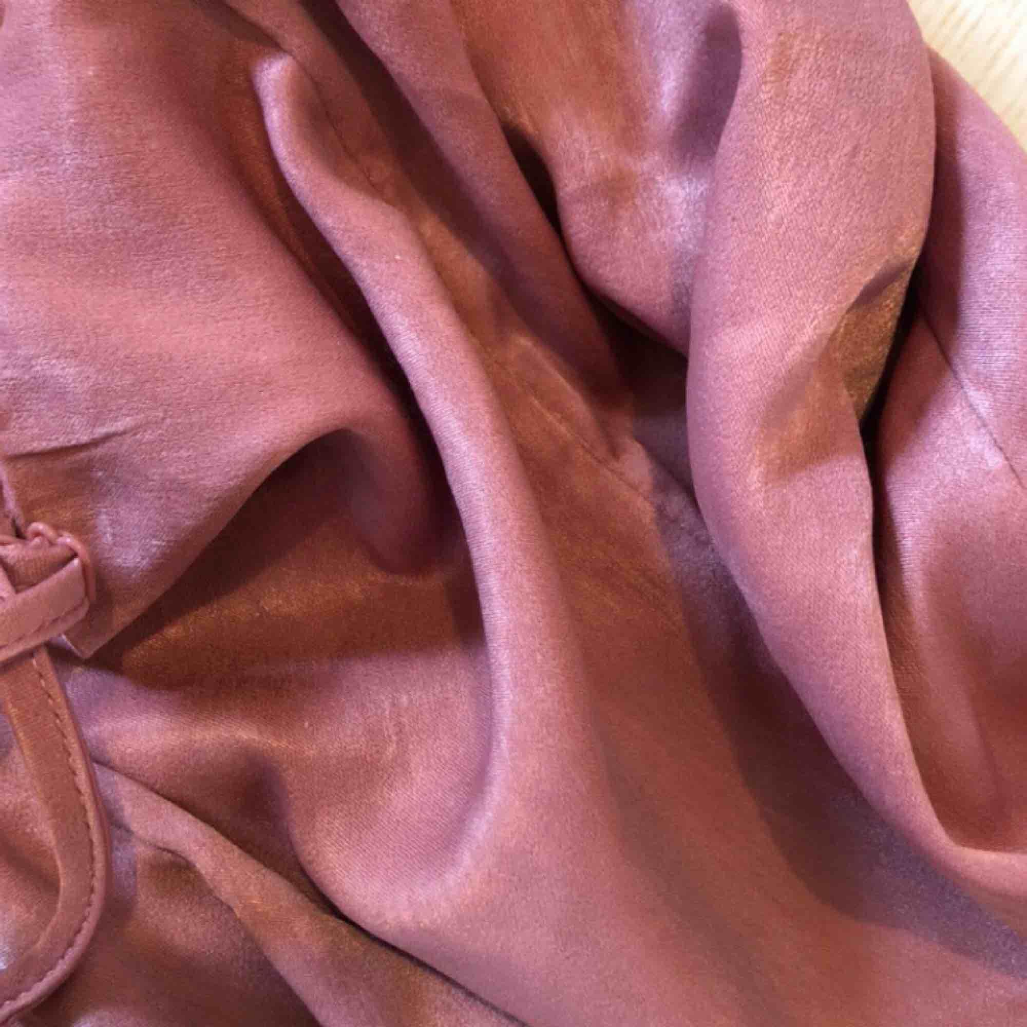 Slip dress i sidenliknande material.  Har några små slitningar i sidan som jag kan försöka fixa innan jag säljer :) Kan frakta för 60kr eller mötas upp i Stockholm. Klänningar.