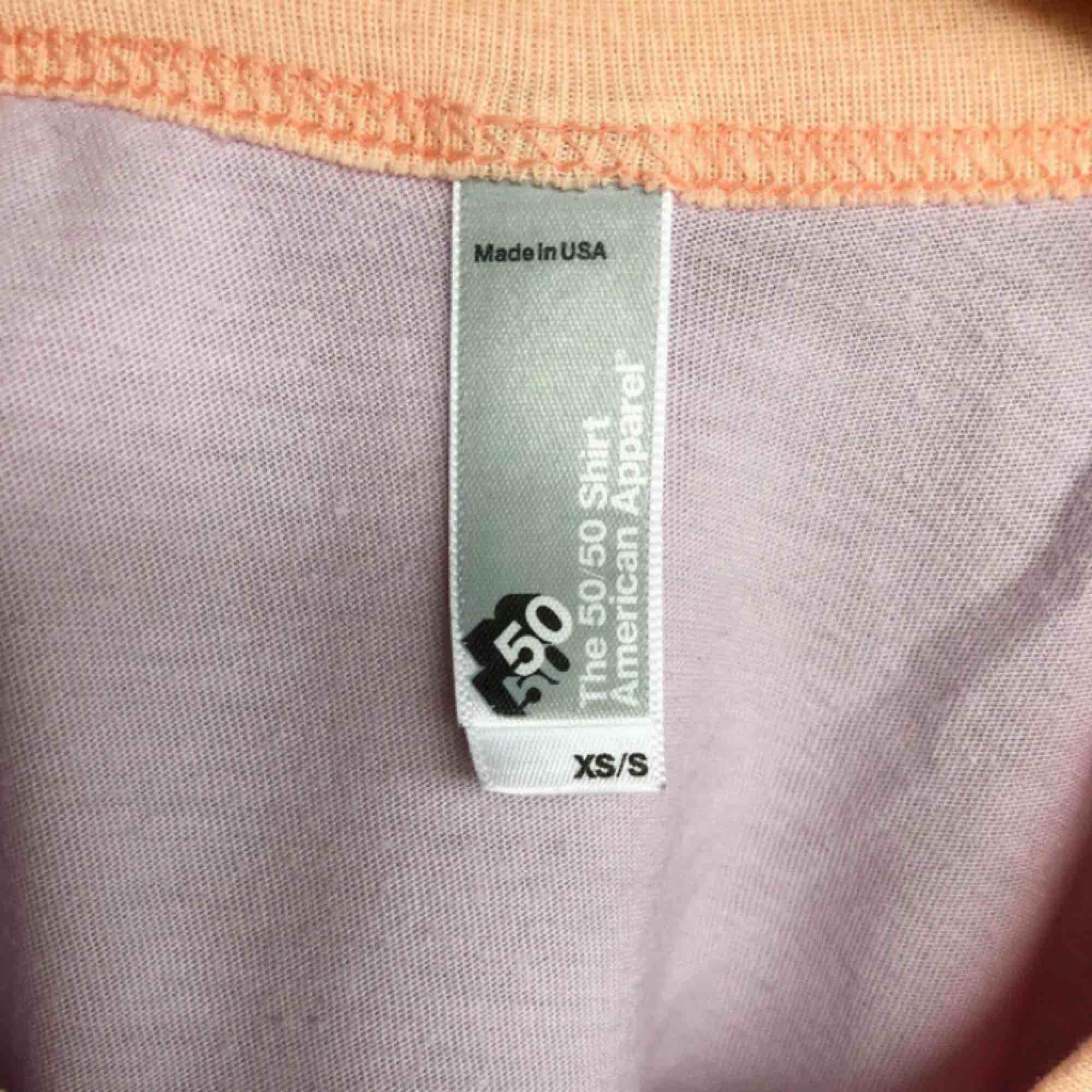 Älskar denna så kallade 50/50 shirt från american apparel men är tyvärr lite för liten för mig🥺 Endast använd ett fåtal gånger. Kan frakta för 50kr eller mötas upp i Stockholm :). Toppar.