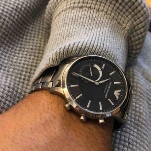 Hybrid Smartwatch från Emporio Armani Connected i rostfritt stål med en mängd olika funktioner:   • Notiser • Aktivitetsspårning • Alarm  • Styr musik •Fungerar via bluetooth med appen: EA Connected