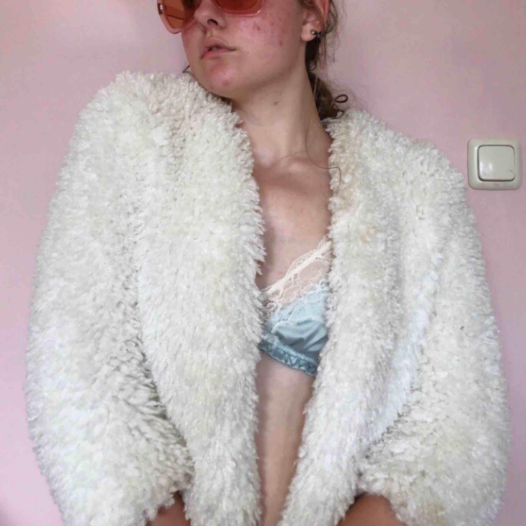 Superskön vit fluffig jacka🐑🐑 Jättebra skick. Ser kanske lite liten ut på mig eftersom jag mer är en S/M. Kan frakta för 60kr eller mötas upp i Stockholm :). Jackor.