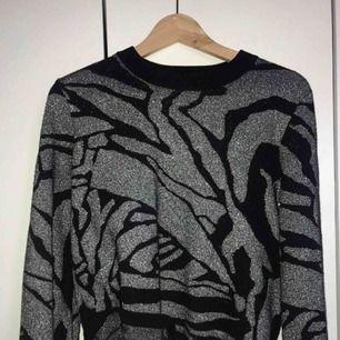 - svart/silvermönstrad stickad tröja - strl S - nyskick - inköpt på H&m