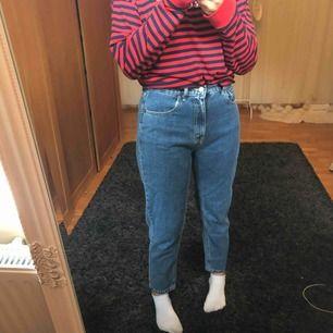 Ett par mot jeans från pull&bear. Använda endast 3-5 gånger. Kan mötas upp i Motala eller posta (frakt betalar man själv). Kom privat för mer bilder elr info.