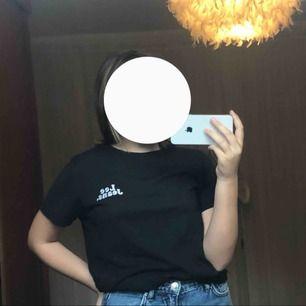 En svart t-shirt från lee jeans. Använd fåtal gånger. Frakt betalar man själv om man ej kan mötas upp. Kom priv för mer info eller bilder!