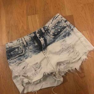 Snygga shorts med nitar både fram och bak.