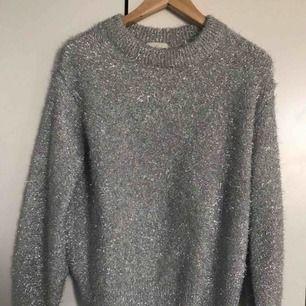 Cool glittrig tröja perfekt till hösten, mycket skön och sticks inte. - inköpt på H&M -nyskick - strl xs