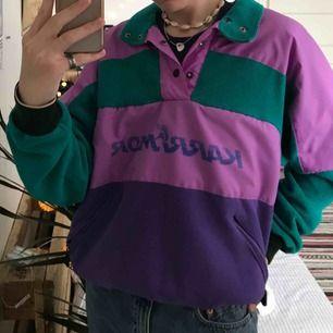 """Vintage 80-tals fleece som passar bra till höst och vinter ✨ Kan tänka mig den till en """"soft-girl"""" outfit 👼🏼 Storlek L men resoren gör så att den passar en ca S 💋 Frakten tillkommer"""