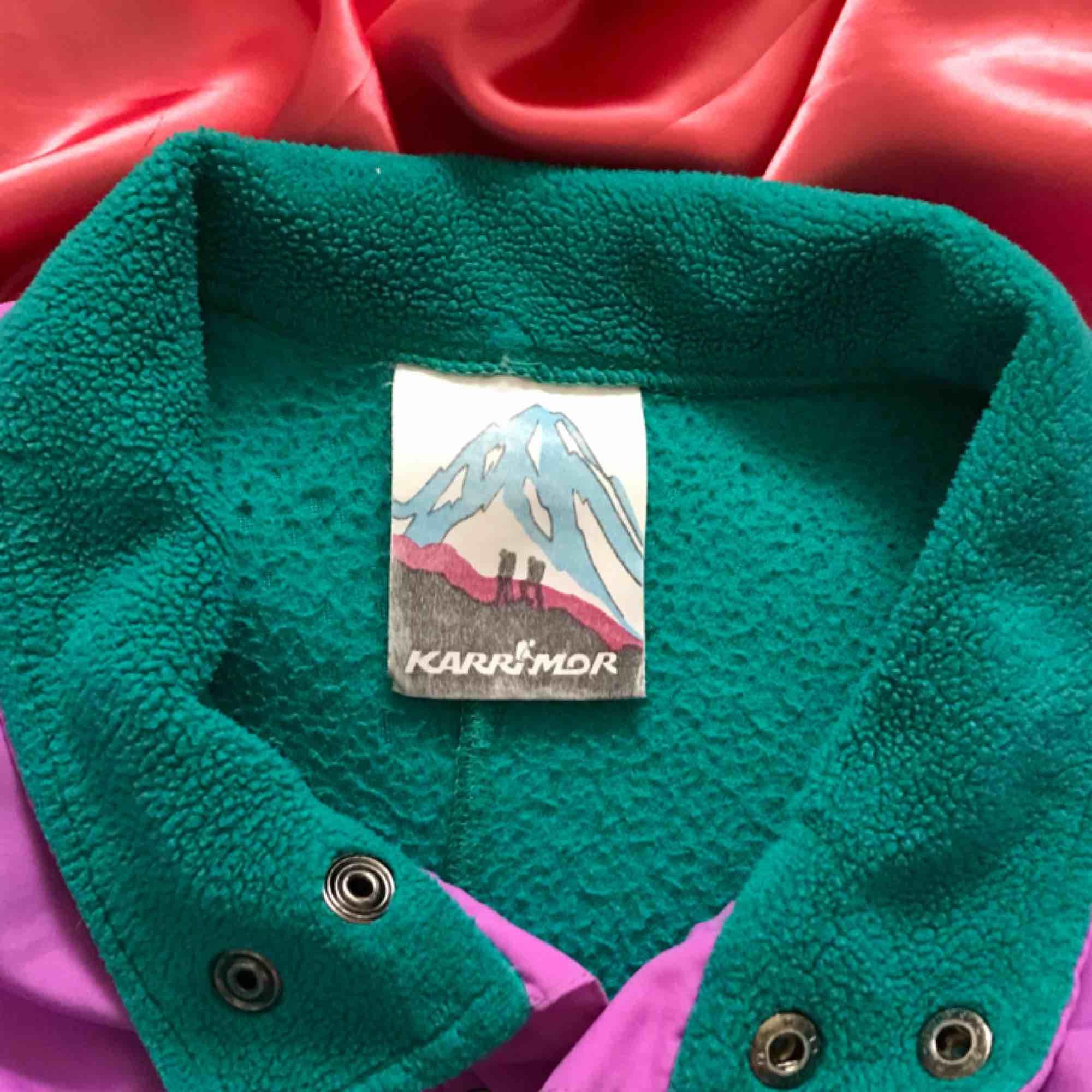 """Vintage 80-tals fleece som passar bra till höst och vinter ✨ Kan tänka mig den till en """"soft-girl"""" outfit 👼🏼 Storlek L men resoren gör så att den passar en ca S 💋 Frakten tillkommer. Huvtröjor & Träningströjor."""