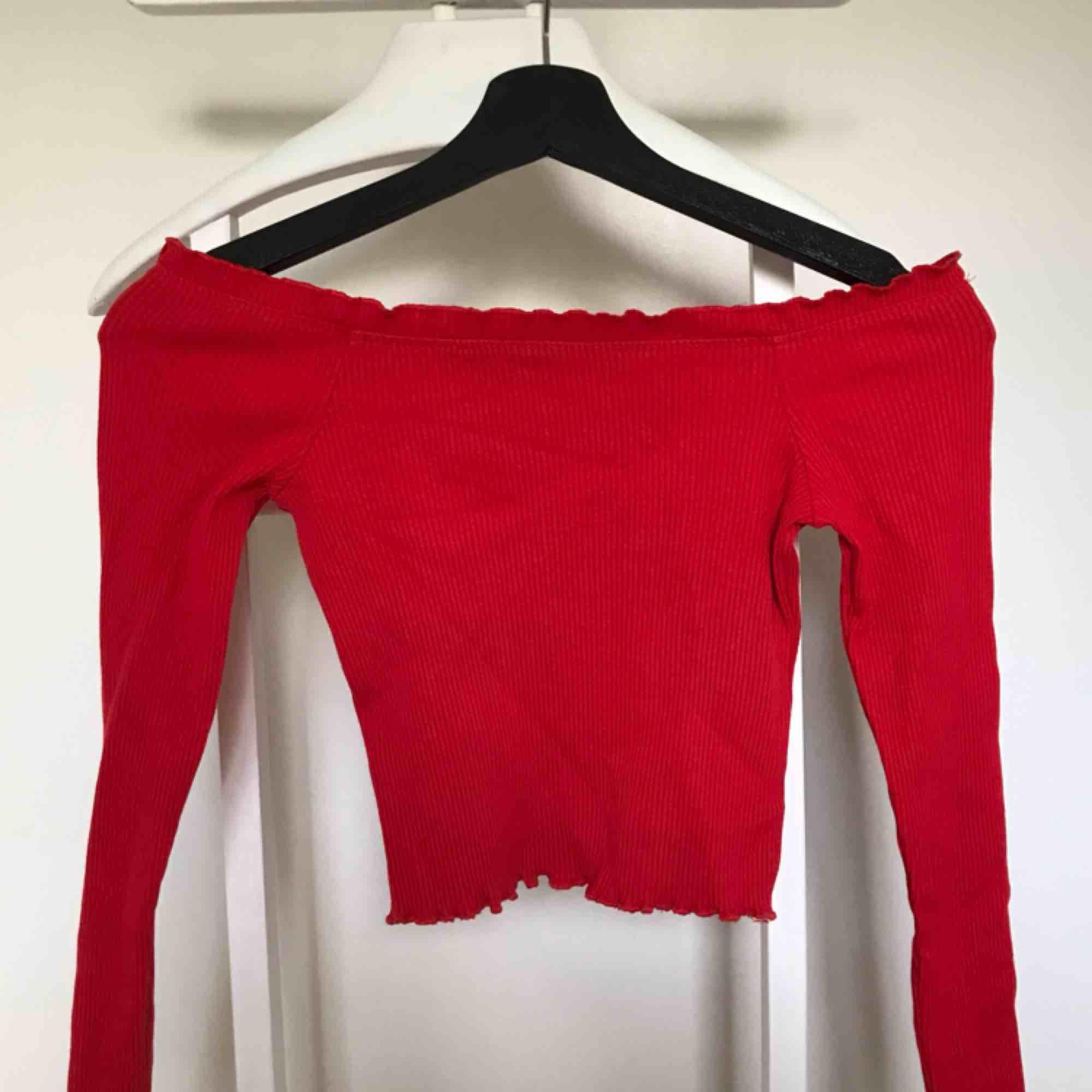 Off shoulder tröja från ginatricot i bra skick.  Har garderobrensning så kan erbjuda paketpriser!. Toppar.