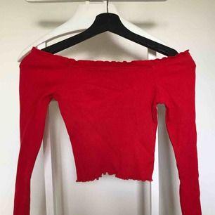 Off shoulder tröja från ginatricot i bra skick.  Har garderobrensning så kan erbjuda paketpriser!