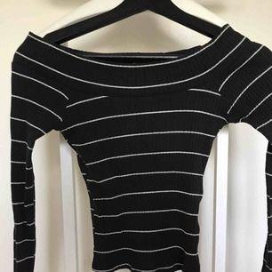 Snygg off shouldertopp med liten slits på ärmarna. Har garderobrensning så kan erbjuda paketpriser!