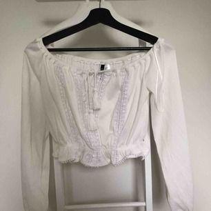 Snygg vit topp från hm! Knappt använd. Har garderobrensning så kan erbjuda paketpriser!