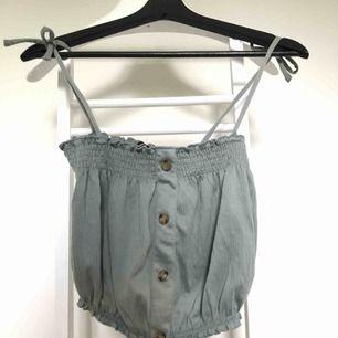 Aldrig använt linne från hm med knytningar som band. Har garderobrensning så kan erbjuda paketpriser!