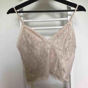 Beige spetslinne ifrån Bikbok. Har garderobrensning så kan erbjuda paketpriser!