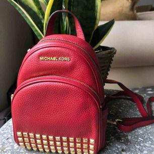 """Mini backpack! Två """"fack"""" samt ett till på insidan!  Äkta Michael Kors, Köpt i Los Angeles!"""
