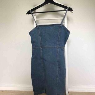 Snygg oanvänd klänning ifrån hm. Köpt i våras. Tight modell o svinsnygg. Har garderobrensning så kan erbjuda paketpriser!