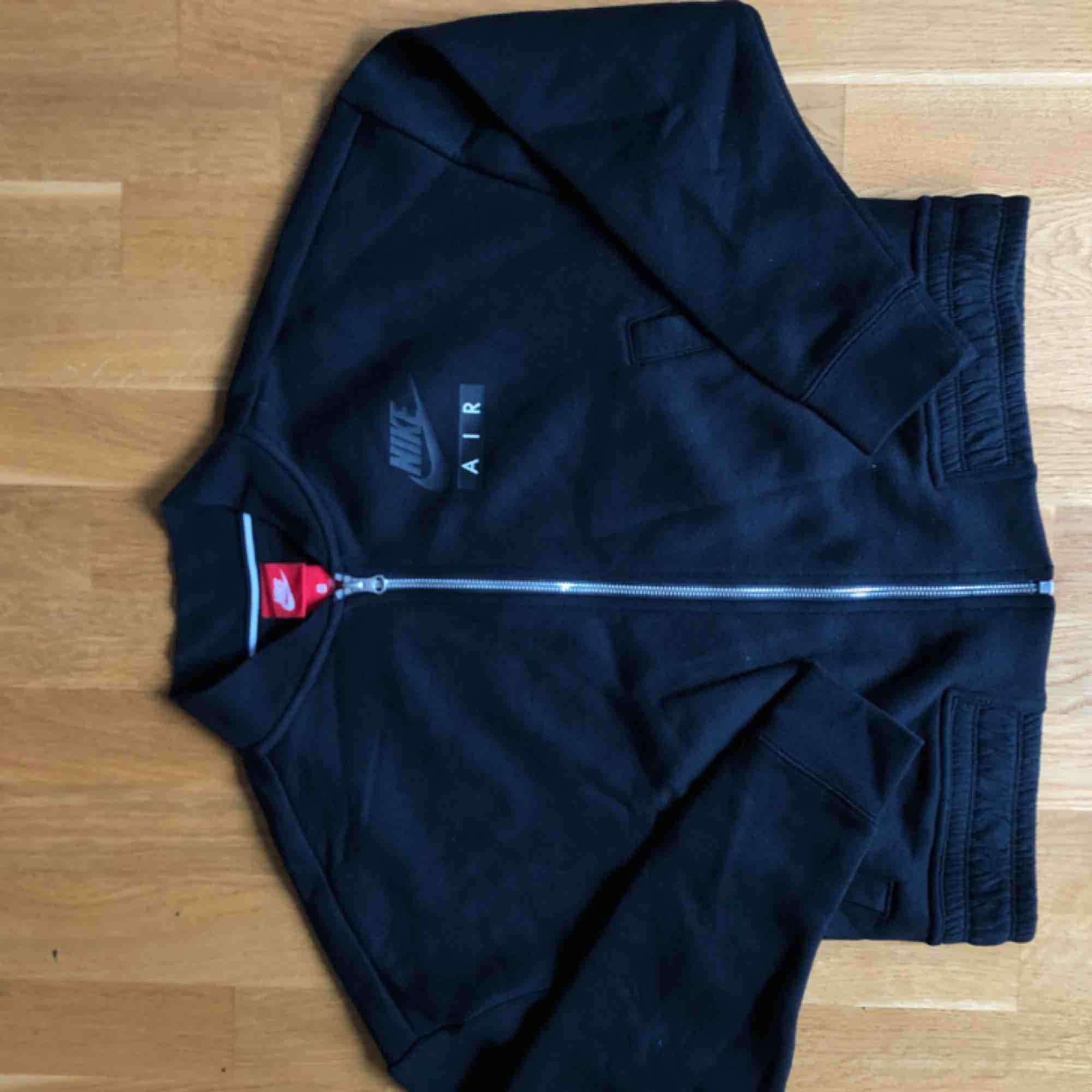 Nike air zipper sweatshirt. Matchande sweatpants finns vid intresse!. Huvtröjor & Träningströjor.